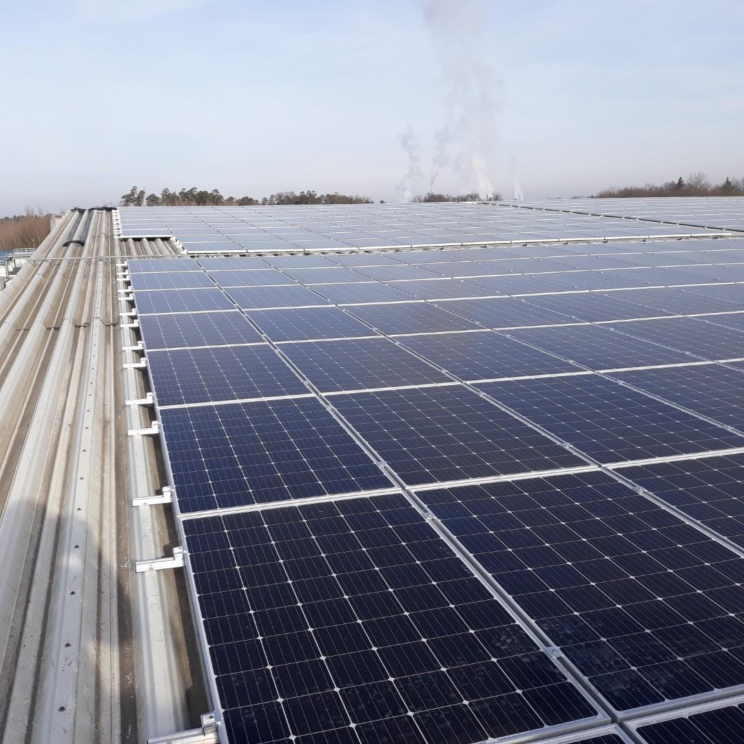 Foto Dach MGG Polymers bei den Aufbauarbeiten 2.jpg