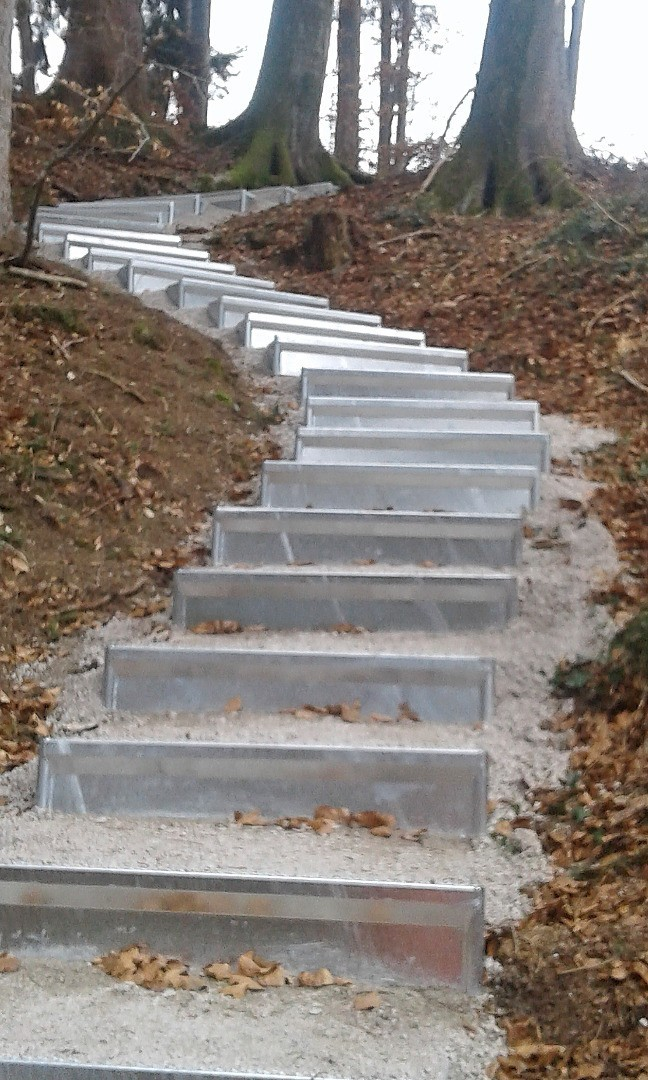 Wackersberg - Waldweg mit neuen Stufen von Alpineisen - 1