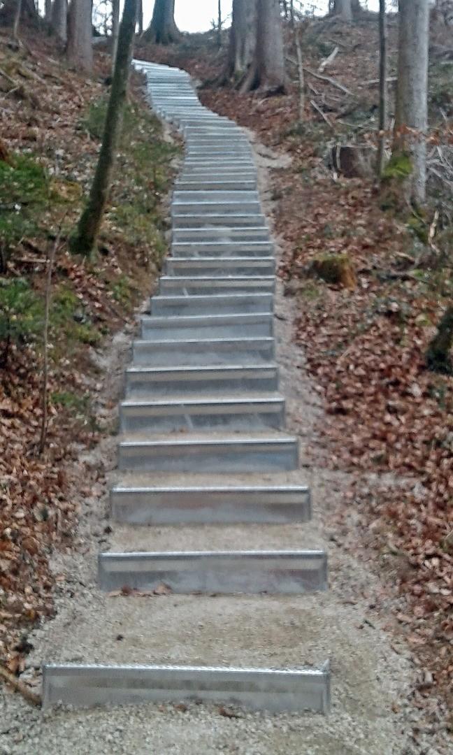 Wackersberg - Waldweg mit neuen Stufen von Alpineisen - 2